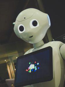 robot blanc tenant une tablette